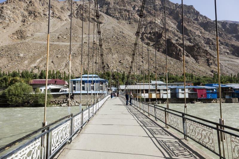 Khorog Tadzjikistan Augusti 25 2018: Bro över den Gunt floden i Khorog i Tadzjikistan arkivfoton