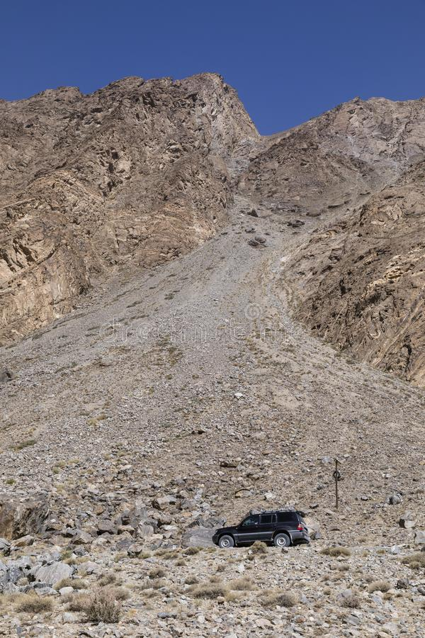 Khorog Tadzjikistan Augusti 24 2018: Offroad bil på den Pamir huvudvägen i en kanjon i den Wakhan dalen i Tadzjikistan arkivbilder