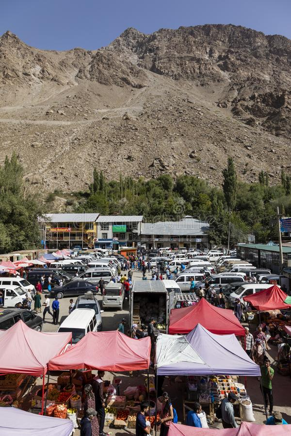 Khorog Tadzjikistan Augusti 25 2018: Sikt av den lördag marknaden i Khorog, Tadzjikistan royaltyfria foton