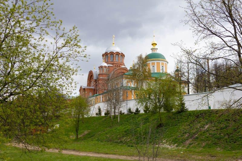 Khotkovo, область Москвы, Россия, май 2017 Монастырь Chotikov Pokrovskiy в пасмурном дне Красивый пейзаж стоковое изображение rf