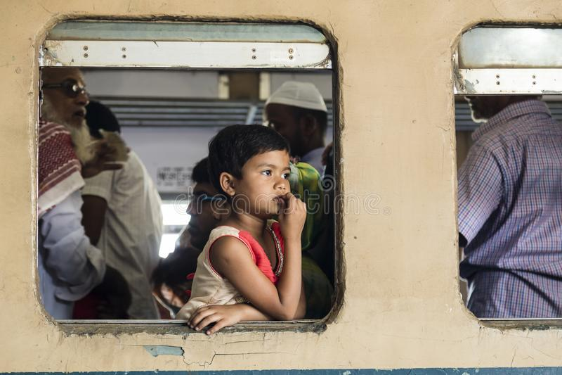 Khulnâ, Bangladesh, le 28 février 2017 : Une jeune fille regarde hors de la fenêtre photos libres de droits
