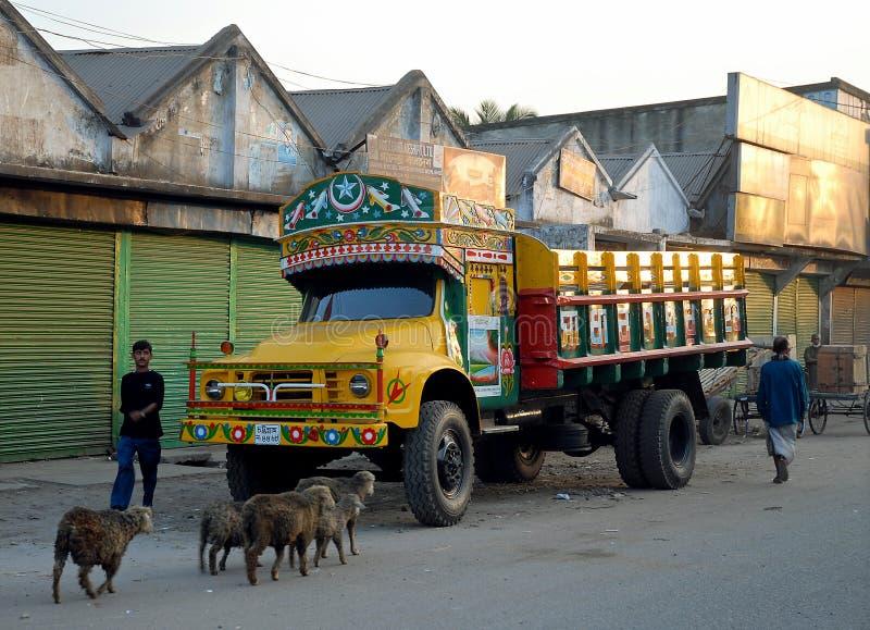 Khulna, Μπαγκλαντές: Πολύχρωμο φορτηγό παρκαρισμένο στο δρόμο στην Κούλα στοκ εικόνα με δικαίωμα ελεύθερης χρήσης