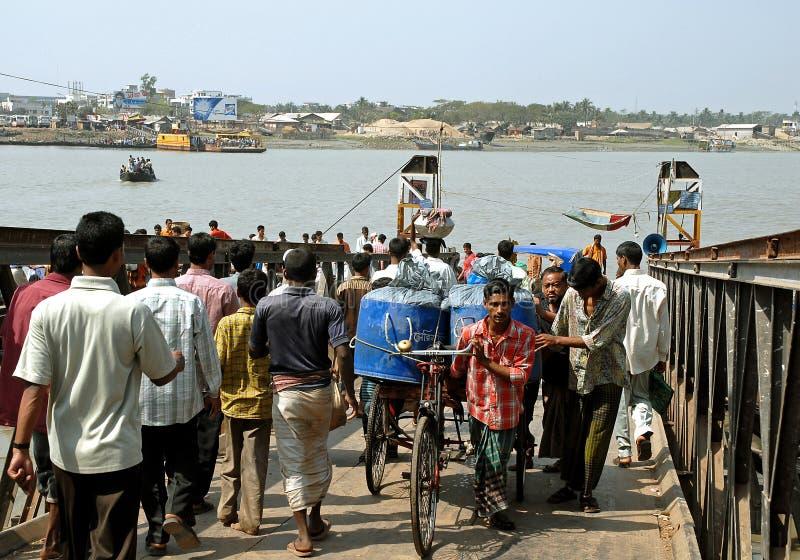 Khulna, Bangladesh: Färjegodset i Khulna för att borda färjan över Rupsha arkivbilder
