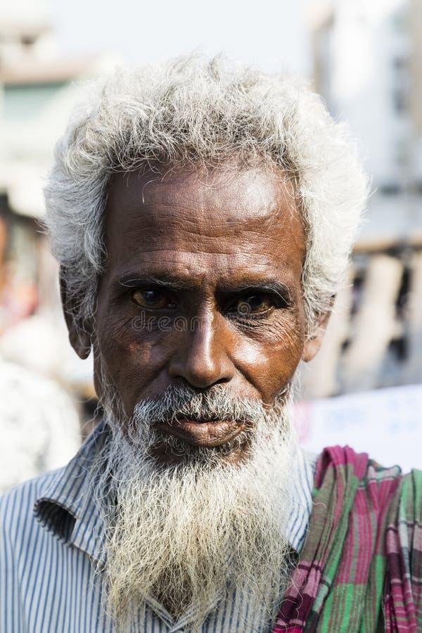 Khulna Bangladesh, Februari 28 2017: Stående av en gammal muselman i gatorna av Khulna arkivfoton