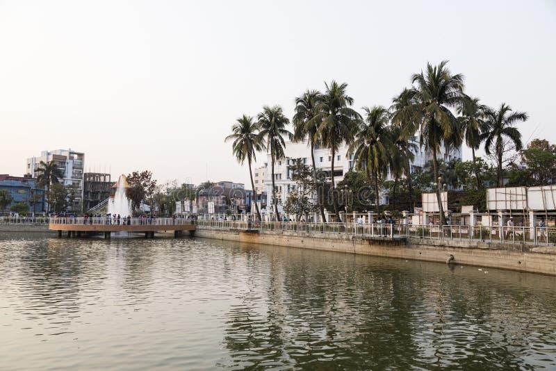 Khulna, Bangladesh, 28 Februari 2017: Stadscentrum met park royalty-vrije stock foto