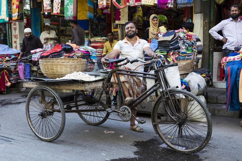 Khulna, Bangladesh, 28 Februari 2017: Trishawruiter die trots in de straten stellen stock fotografie
