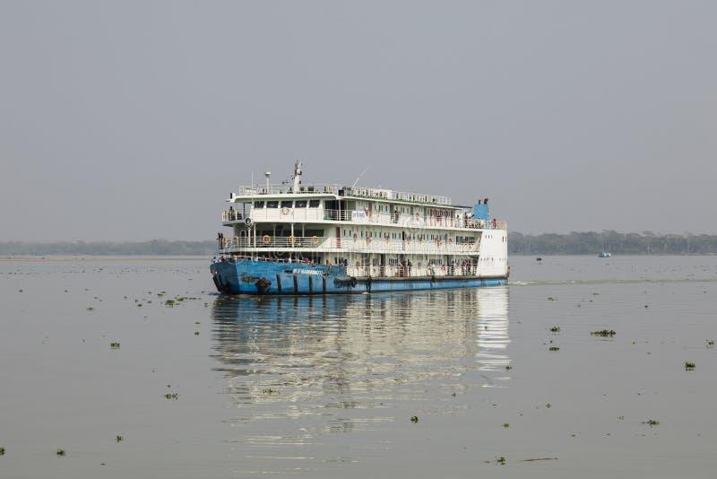 Khulna Bangladesh, mars 1 2017: Typisk passagerarfärja på en flod nära Khulna royaltyfri fotografi