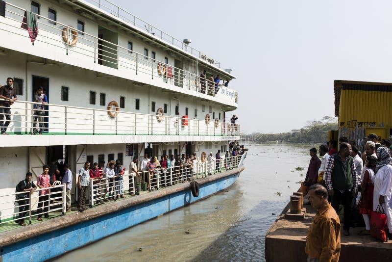 Khulna Bangladesh, mars 1 2017: Typisk passagerarfärja på en flodstrand royaltyfri fotografi