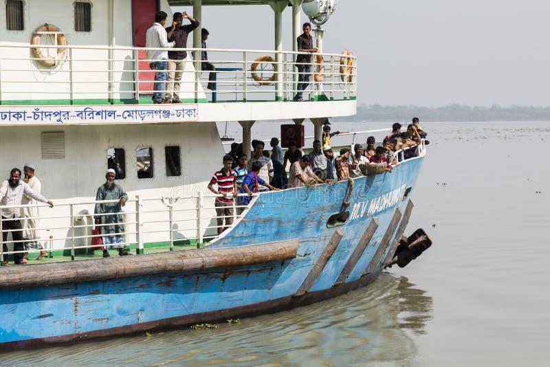 Khulna, Bangladesh, o 1º de março de 2017: Balsa de passageiro típica em um rio perto de Khulna fotos de stock