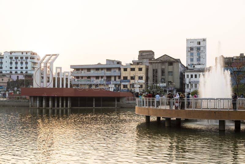 Khulna, Bangladesh, o 28 de fevereiro de 2017: Centro da cidade com parque fotos de stock
