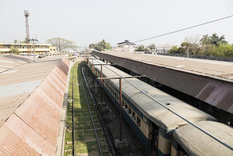 Khulna, Bangladesh, o 28 de fevereiro de 2017: Ideia do estação de caminhos-de-ferro imagens de stock royalty free