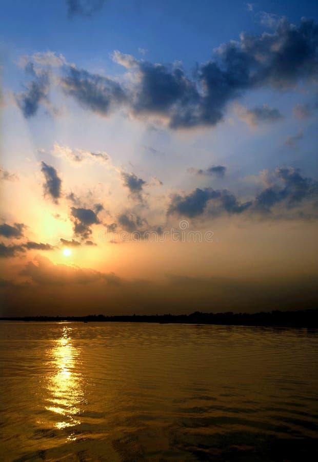 Khulna, Bangladesz: Zachód słońca nad rzeką Rupsa koło Chulny obraz stock