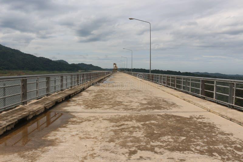 Khun丹Prakarnchon水坝 免版税图库摄影