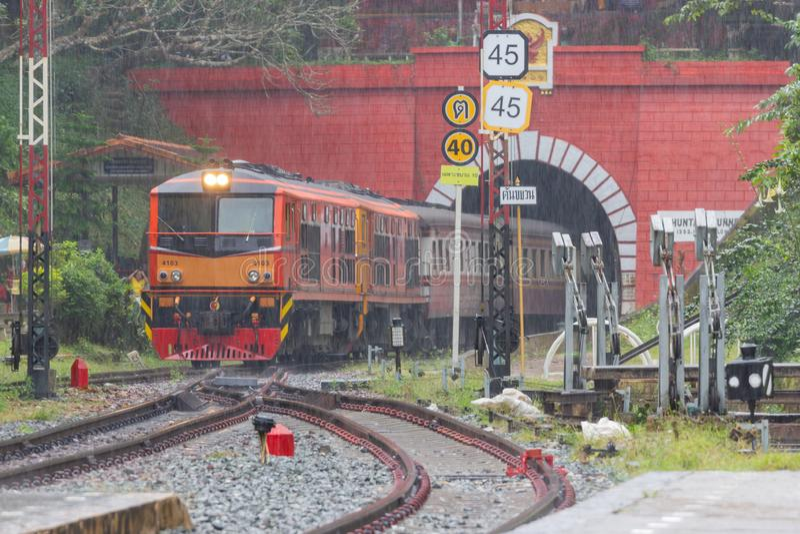 Khun Tan Tunne - den solbrända järnvägsstationen är en järnvägsstation på den nordliga linjen lokaliserade Lampang Thailand royaltyfri bild