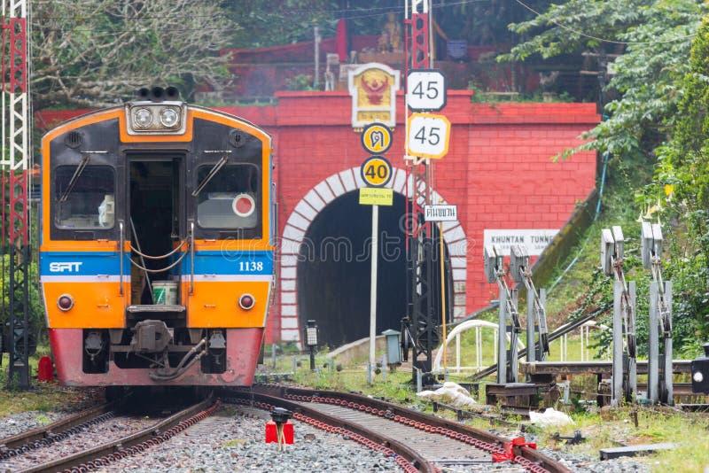 Khun Tan Tunne - järnvägsstationen är en järnvägsstation Lampang Thailand arkivbild