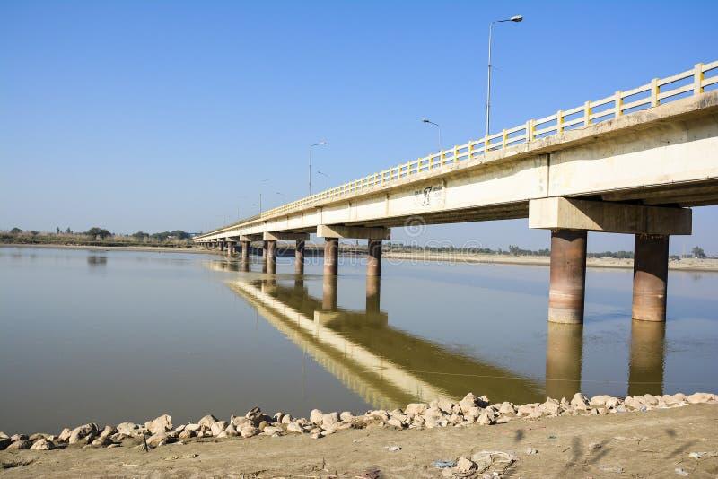 Khushab bro över den Jhelum floden royaltyfri foto