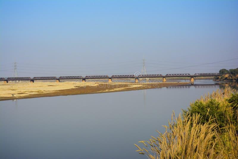 Khushab järnvägbro över den Jhelum floden royaltyfria foton