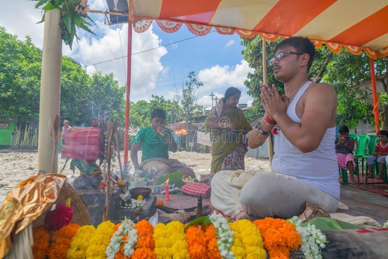 Khutipuja de exécution de prêtre indou, commencer du festival de Durga Puja image stock