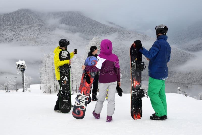 Rosa Khutor,俄罗斯索契,2018年1月25日 雾中罗莎高原滑雪运动员 库存照片