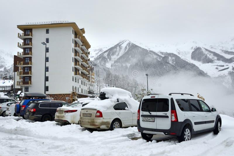 ??Khutor????????2018?1??25? 汽车在旅馆停放在罗莎的Khutor奥运村 免版税库存照片
