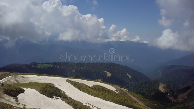 Πανόραμα της όμορφης κοιλάδας βουνών από την κορυφή των βουνών khutor roza στοκ φωτογραφίες
