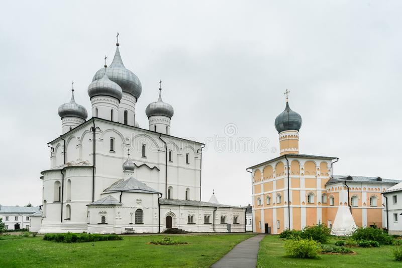 Khutyn kloster av omgestaltning f?r fr?lsare` s och av St Varlaam stor novgorod russia royaltyfria foton
