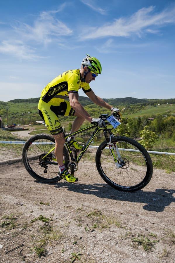 KHVALYNSK - 7 MAGGIO 2016: Il ciclista maschio guida al campionato ' della pista dell'eliminatore di XCE; Partita di cities&# fotografia stock