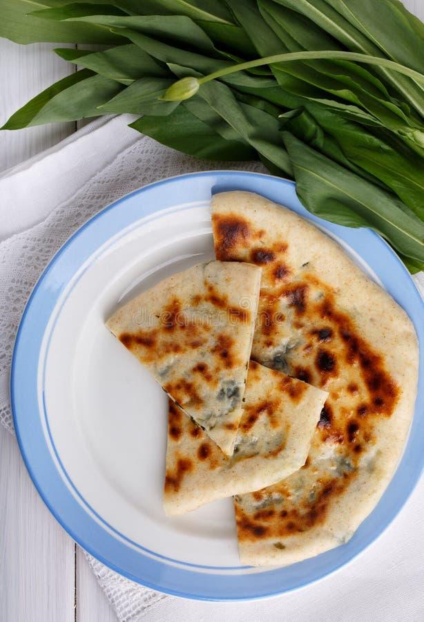 """Khychiny-†""""traditioneller kaukasischer Flatbread gefüllt mit Ñ- heese und Kräutern stockfoto"""
