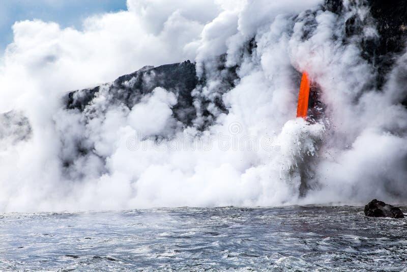 "KiÌ-""lauea Vulkanlavafluss gießt in Ozean in Hawaii stockbild"
