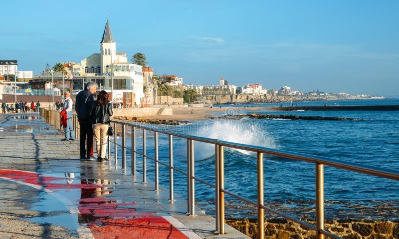 Kiść od fal bryzga na boardwalk prowadzi Tamariz plaża w Atlantyckiej miejscowości wypoczynkowej Estoril blisko Lisbon zdjęcia stock