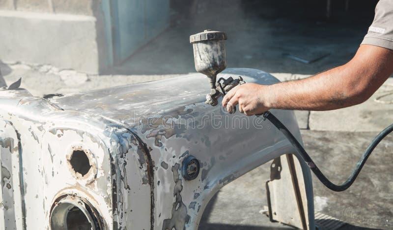 Kiść pistolet w ręce malarz Obrazu samochodu szczegóły zdjęcia stock