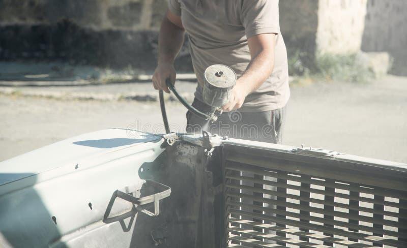 Kiść pistolet w ręce malarz Obrazu samochodu szczegóły obraz stock