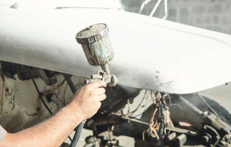 Kiść pistolet w ręce malarz Obrazu samochodu szczegóły zdjęcie stock