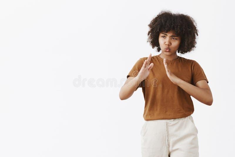 Kiai ne salissent pas avec moi que je connais des arts martiaux Portrait de femme aux cheveux bouclés d'Afro-américain espiègle d photos libres de droits