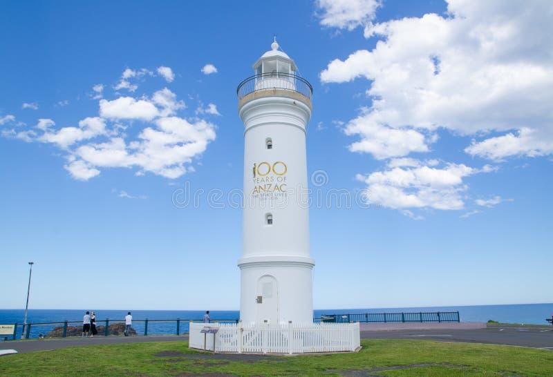 Kiama hamnljus, är en aktiv fyr, lokaliseras nästan blåshålpunkten Bilden togs i molnig dag royaltyfria bilder