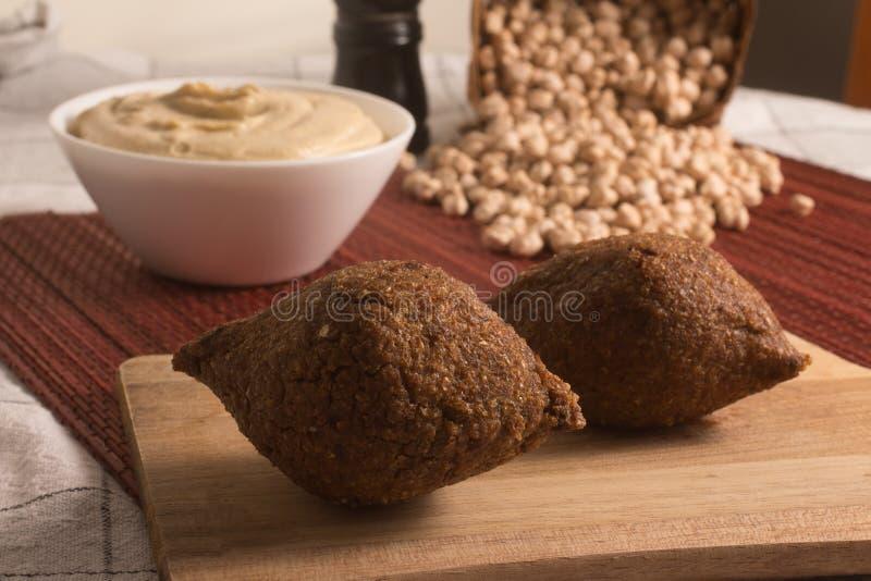 Kibbeh ή Kibe, Quibe με Hummus στοκ εικόνες