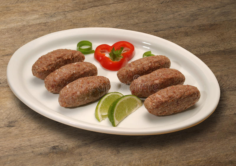 Kibbeh ακατέργαστο Επίσης δημοφιλές πιάτο κομμάτων στη Βραζιλία (kibe) στοκ φωτογραφίες