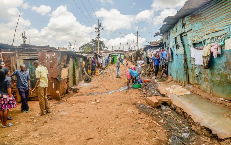 Kibera贫民窟的当地人日常生活在内罗毕,肯尼亚 免版税图库摄影