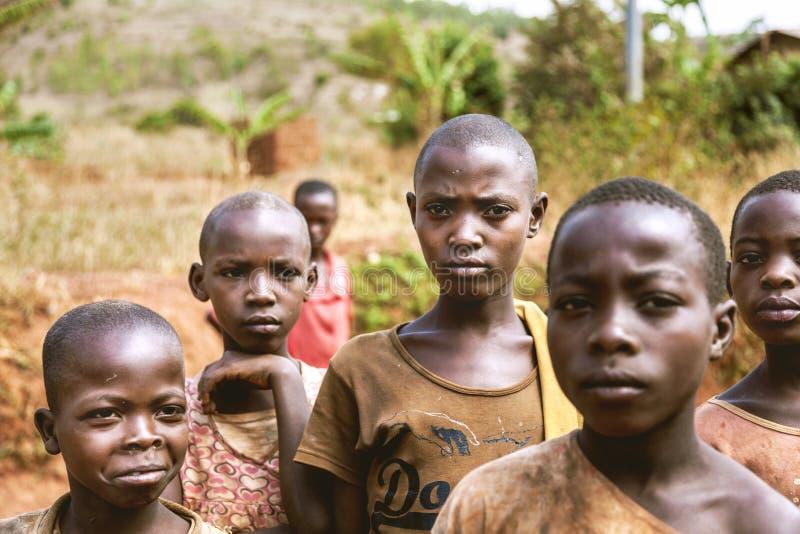 KIBUYE, RUANDA, AFRÄ°CA - 11 SETTEMBRE 2015: Bambini sconosciuti I fronti dell'Africa immagine stock