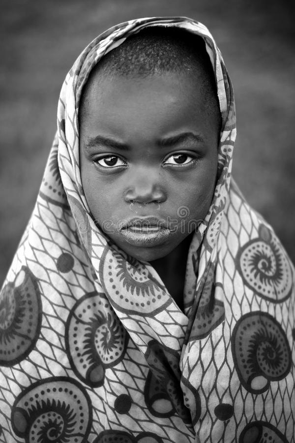Kibuye/Rwanda - 08/25/2016: Dramatisch kijk van Afrikaanse jongen in Rwanda stock foto