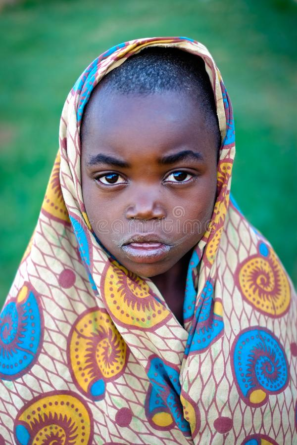 Kibuye/Rwanda - 08/25/2016: Dramatisk blick av den afrikanska pojken i Rwanda royaltyfri fotografi