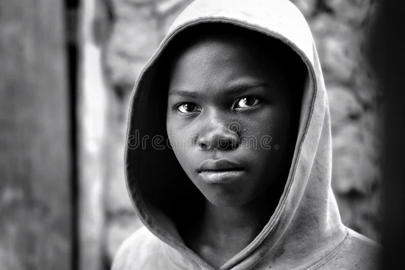 Kibuye, Rwanda/- 08/25/2016: Dramatyczny spojrzenie Afrykańska dziewczyna w Rwanda obrazy stock
