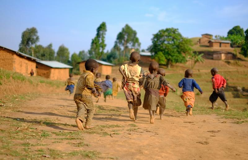 Kibuye/Rwanda - 08/25/2016: Groep Afrikaanse pygmy stam childre royalty-vrije stock afbeelding
