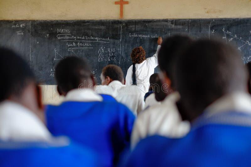 Kibuye/Rwanda - 08/26/2016: Leraar en leerlingen bij wiskunde le stock afbeeldingen