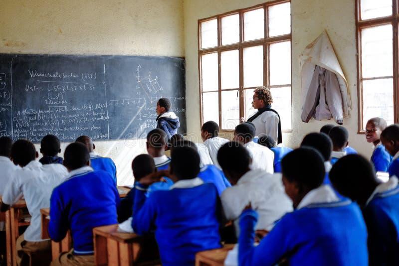 Kibuye/Rwanda - 08/26/2016: Leraar en leerlingen bij wiskunde le royalty-vrije stock foto's