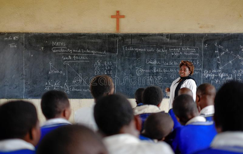 Kibuye/Rwanda - 08/26/2016: Leraar en leerlingen bij wiskunde le stock fotografie