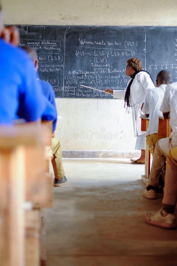 Kibuye/Rwanda - 08/26/2016: Leraar en leerlingen bij wiskunde le royalty-vrije stock afbeelding