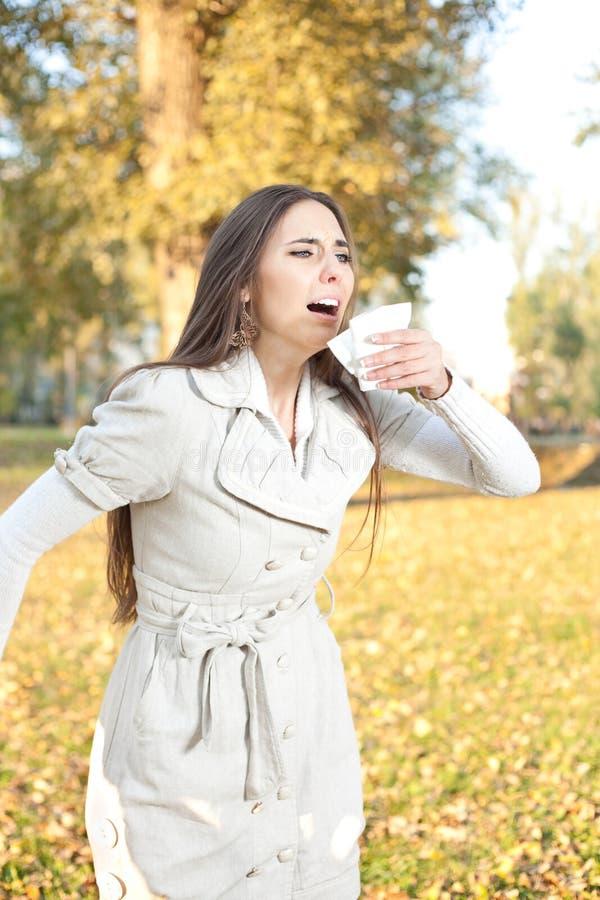 Kichnięcie kobieta obrazy royalty free