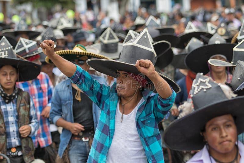 Kichwa mężczyzna jest ubranym sombrero wykonuje obrządkowego tana obraz royalty free