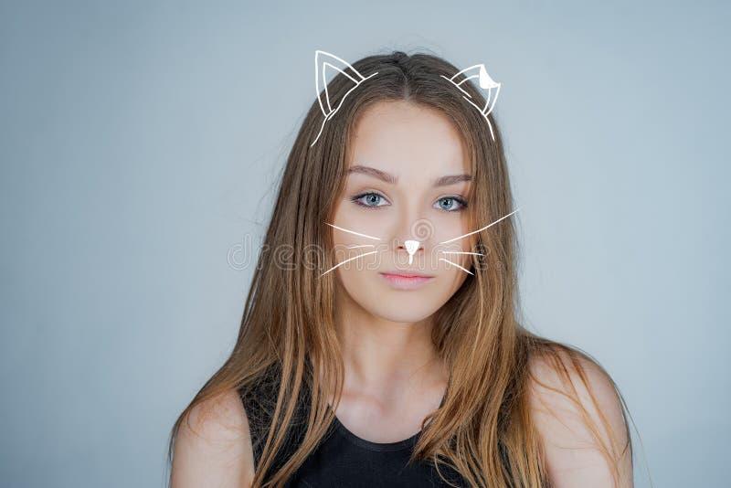 Kiciunia, kot Kobieta portreta naturalny pi?kny pi?kna dziewczyna portret studio Pozować dla uniwersyteckiej fotografii obrazy stock